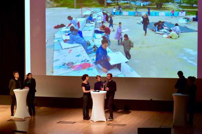 Art et développement, ateliers de peinture pour enfants en pied d'immeuble